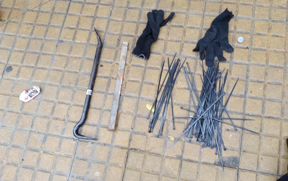 Guantes, precintos y una barreta de hierro