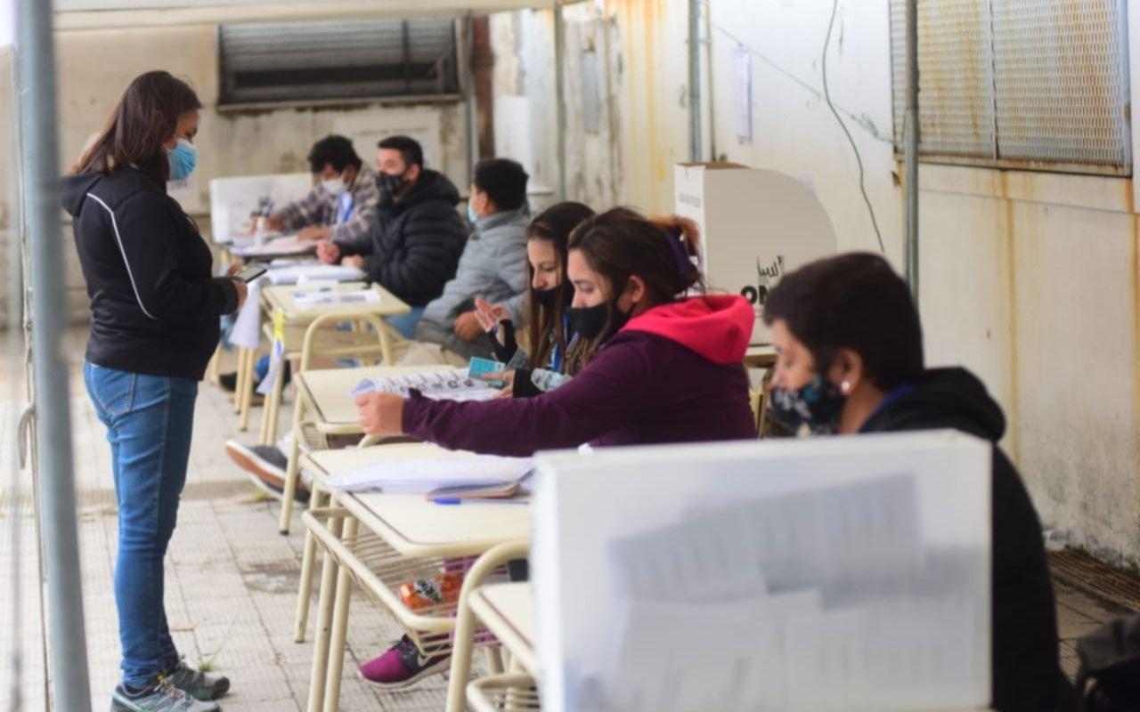 Con protocolos y buena concurrencia: así se vive en La Plata las elecciones presidenciales de Perú