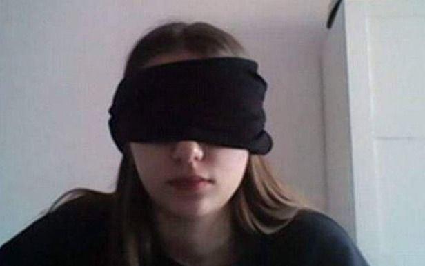 Revuelo en Italia por una profesora que le solicitó a una alumna que se vendara los ojos