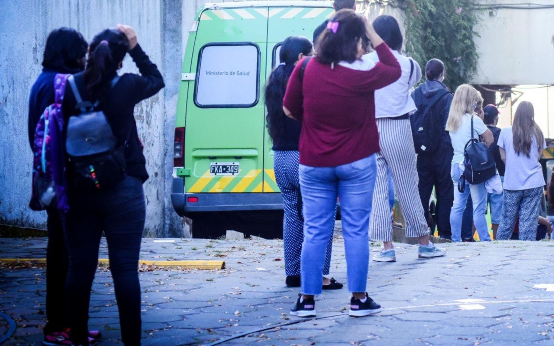 """Más de 7 horas de espera: el """"calvario"""" de una docente para poder hisoparse en La Plata"""