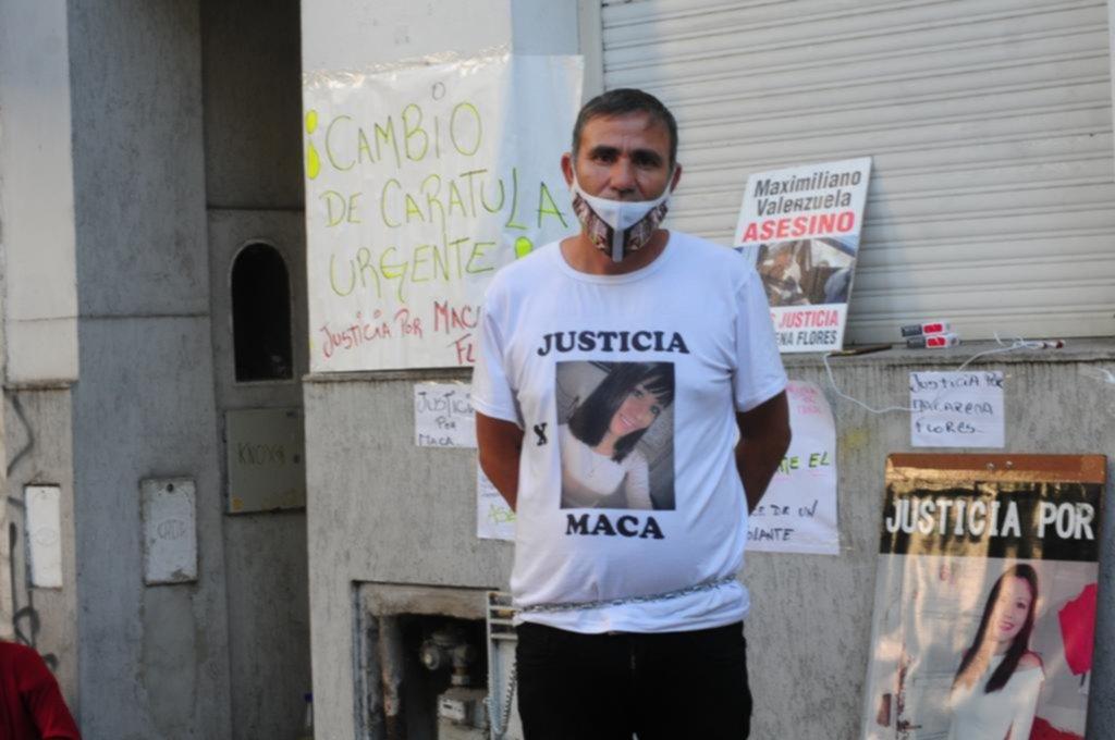 """Se encadenó a la fiscalía para reclamar """"justicia"""" por su hija"""