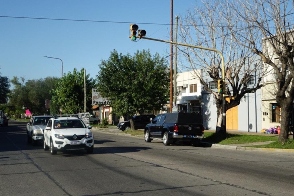El semáforo de 10 y 520 un día anda y otro deja de funcionar: cruzar, un drama