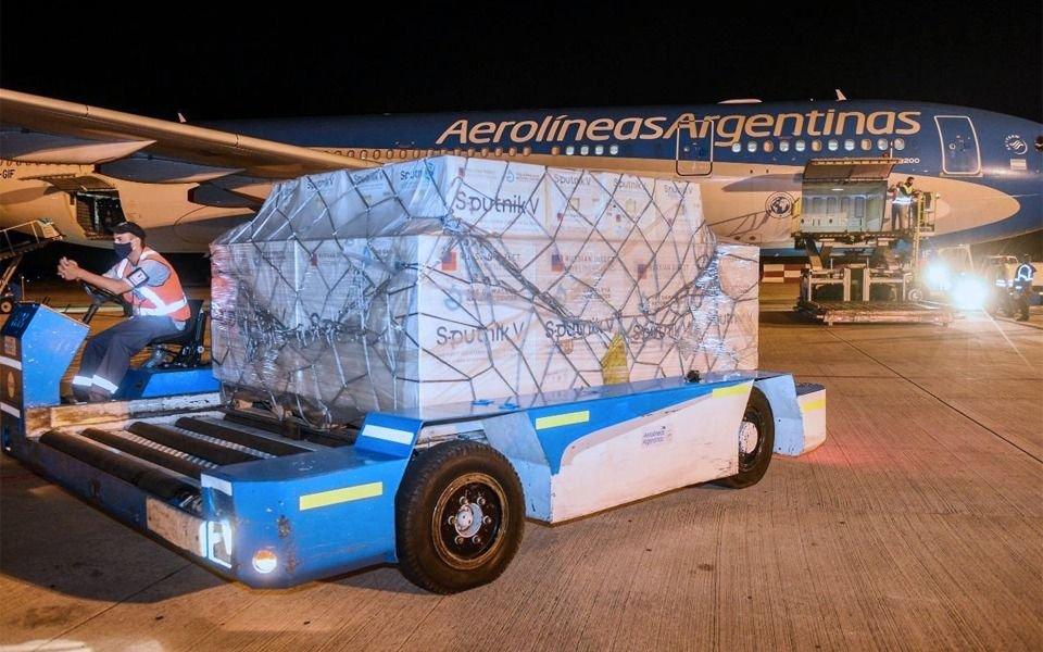 Llegó el vuelo desde Rusia que más dosis trajo desde Rusia
