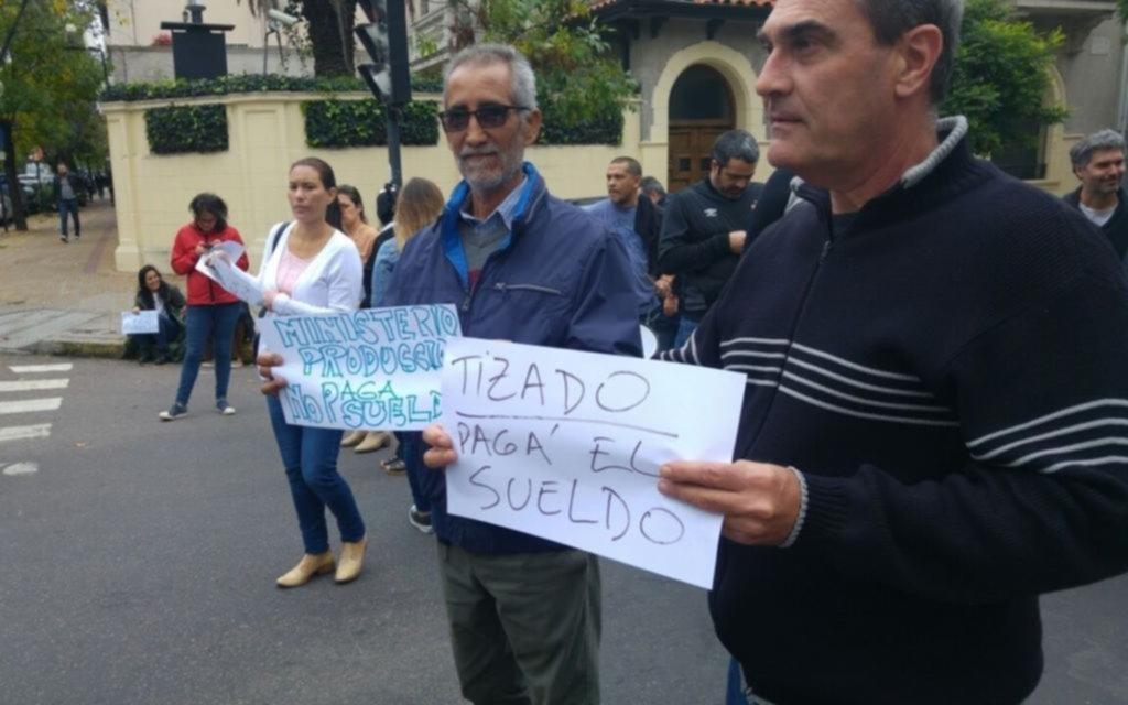 Protesta en Producción porque no depositaron los sueldos