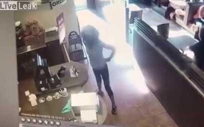 Video. La asquerosa reacción de una mujer en una estación de servicio