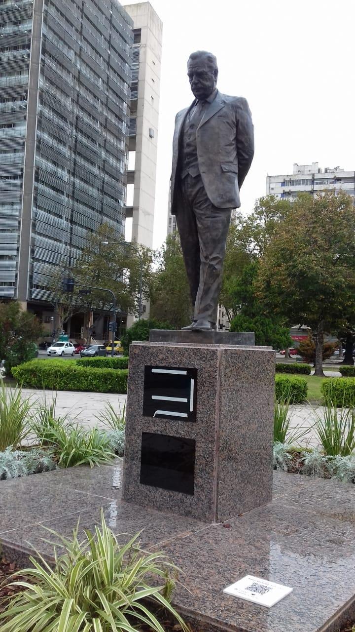 Reemplazan las dos placas del monumento a Raúl Alfonsín en Plaza Moreno