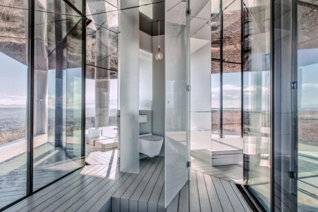 Vivir en una caja de vidrio en el desierto