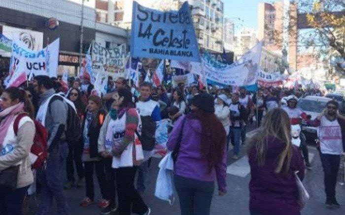 Una multitud participó en la marcha federal docente y en La Plata se sintió el paro