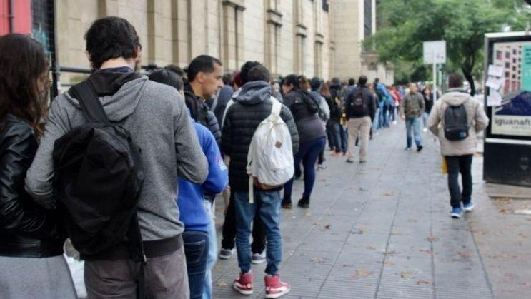 Largas filas de jóvenes para ingresar a la Expo Empleo