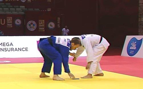 Insólito: lo descalificaron porque se le cayó el celular en plena pelea de judo