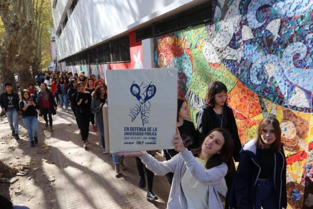 """Abrazo al Bachillerato de Bellas Artes por """"más fondos para universidades y ciencia"""""""