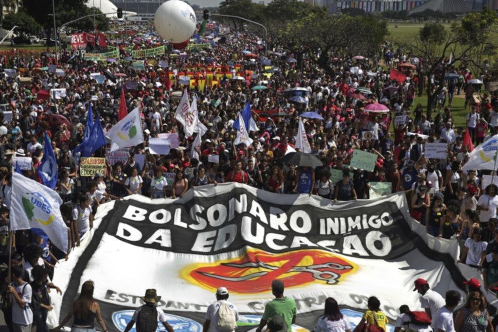 """Masivas protestas en Brasil por la educación y reacción de Bolsonaro: """"idiotas útiles"""""""