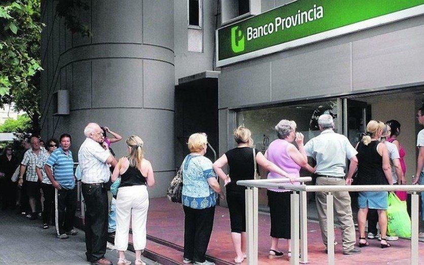Buscan que los jubilados usen más sus cuentas bancarias y eviten hacer filas