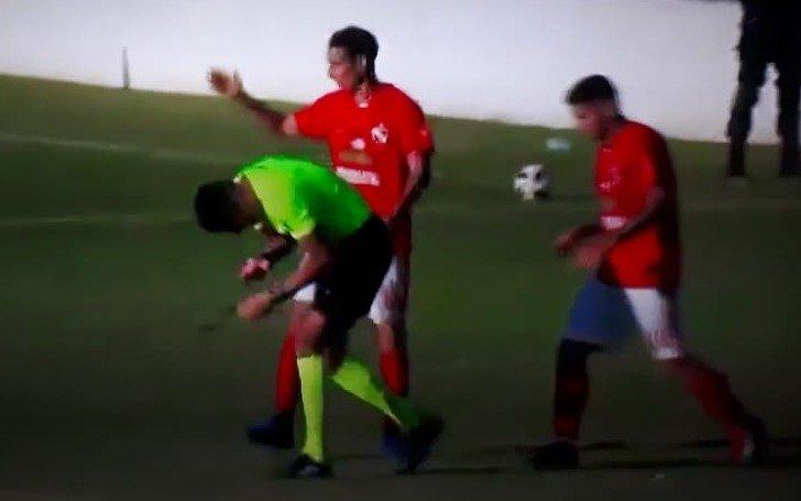 Violencia en el fútbol amateur: un árbitro tuvo que dejar la cancha en ambulancia