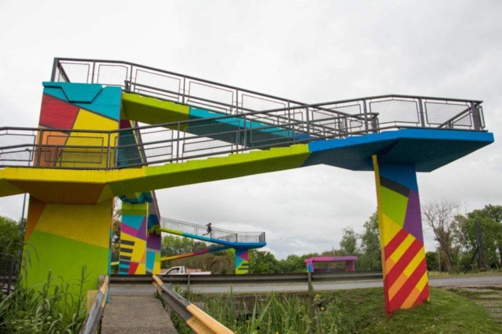 Artistas intervienen más de 10 puentes peatonales en la periferia platense