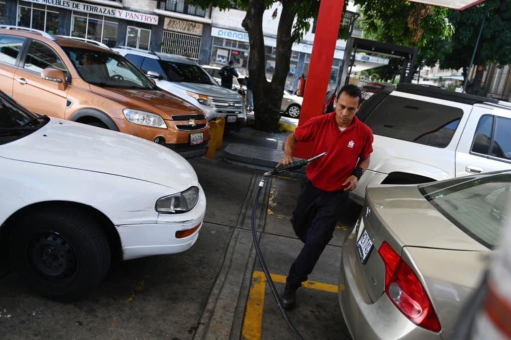 Colas de hasta tres días para cargar nafta en Venezuela