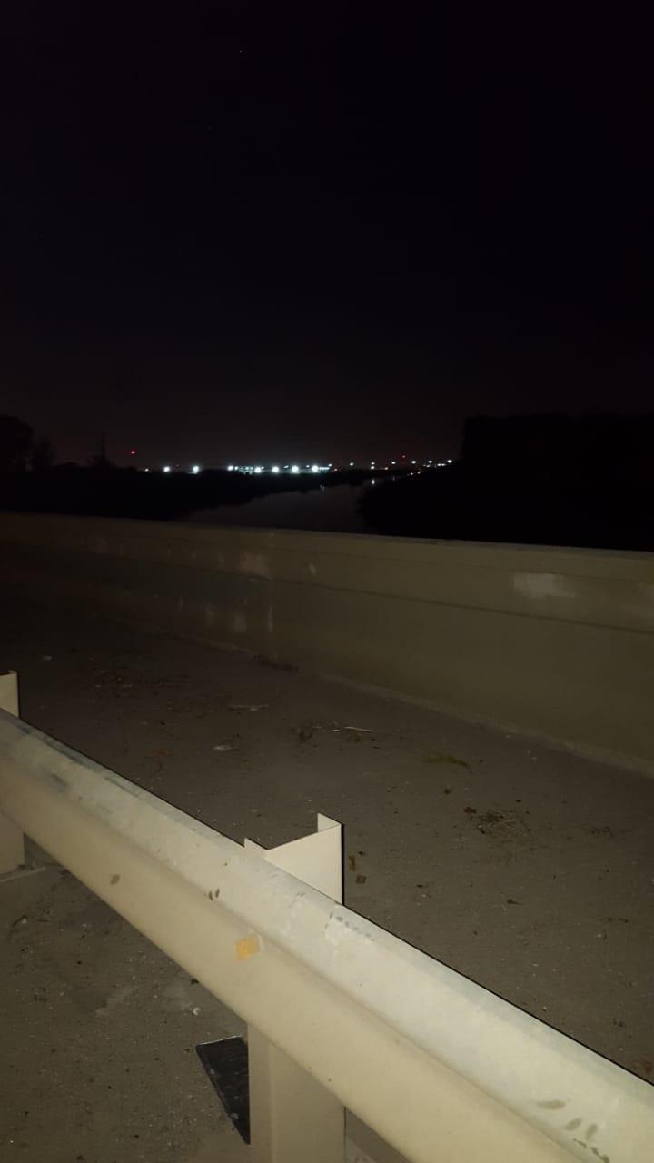 De noche, un tramo del camino a Punta Lara sin luces