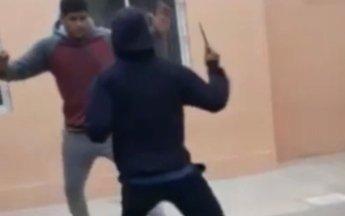 VIDEO: En el recreo, un adolescente de 17 años atacó a su compañero con un cuchillo