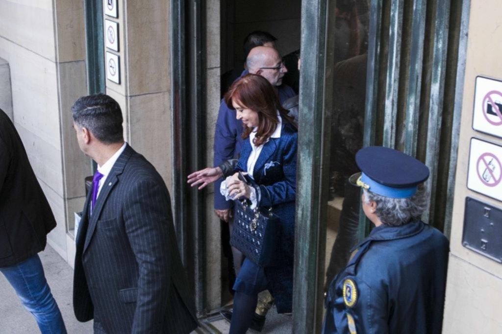 Cristina esquivó a los otros acusados y se mostró inquieta en el banquillo