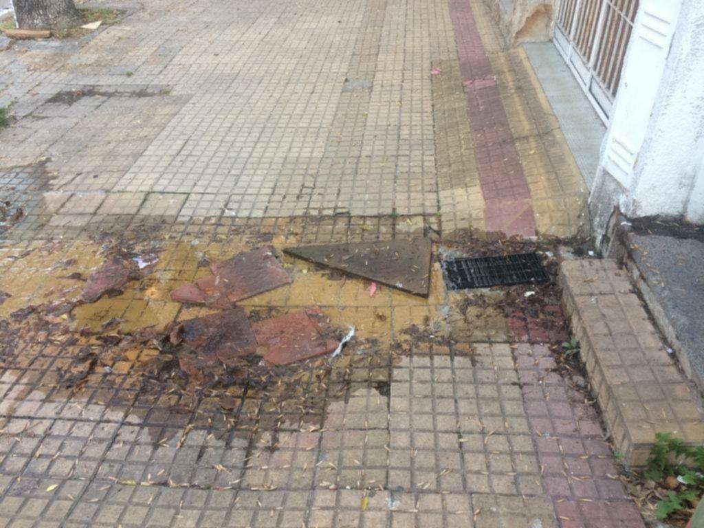 En la calle se despilfarra el agua que falta en los hogares