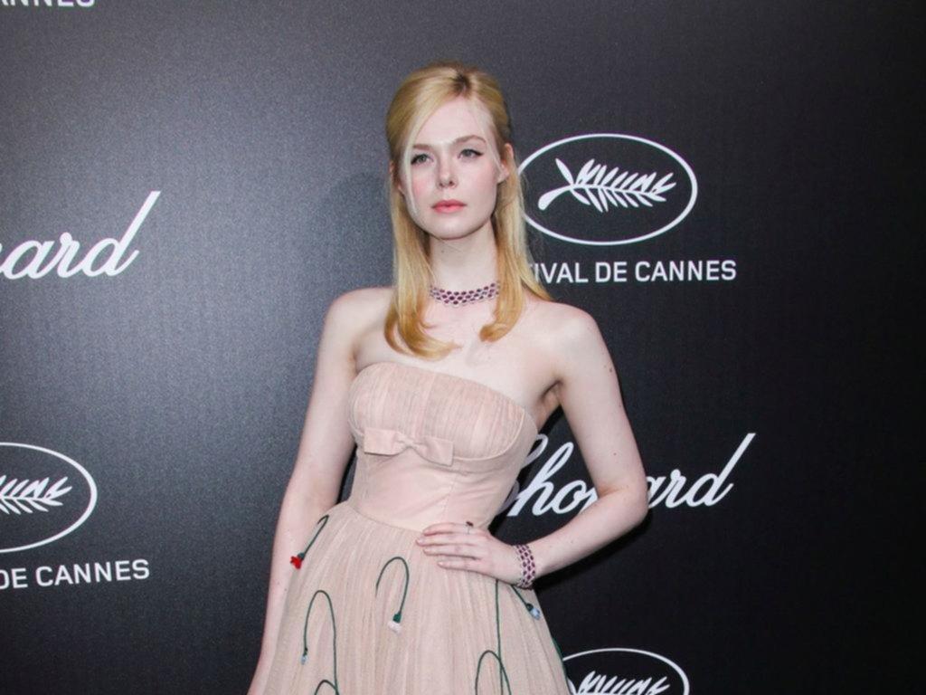 """El desmayo de Elle Fanning por un vestido """"ajustado"""" en su """"momento del mes"""""""