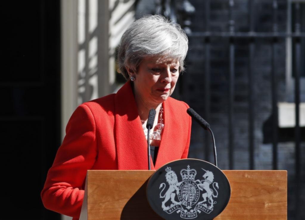 Entre lágrimas, Theresa May se fue derrotada por el Brexit
