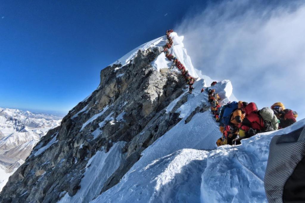 Ya son siete los alpinistas muertos por el congestionamiento en la cima del Everest