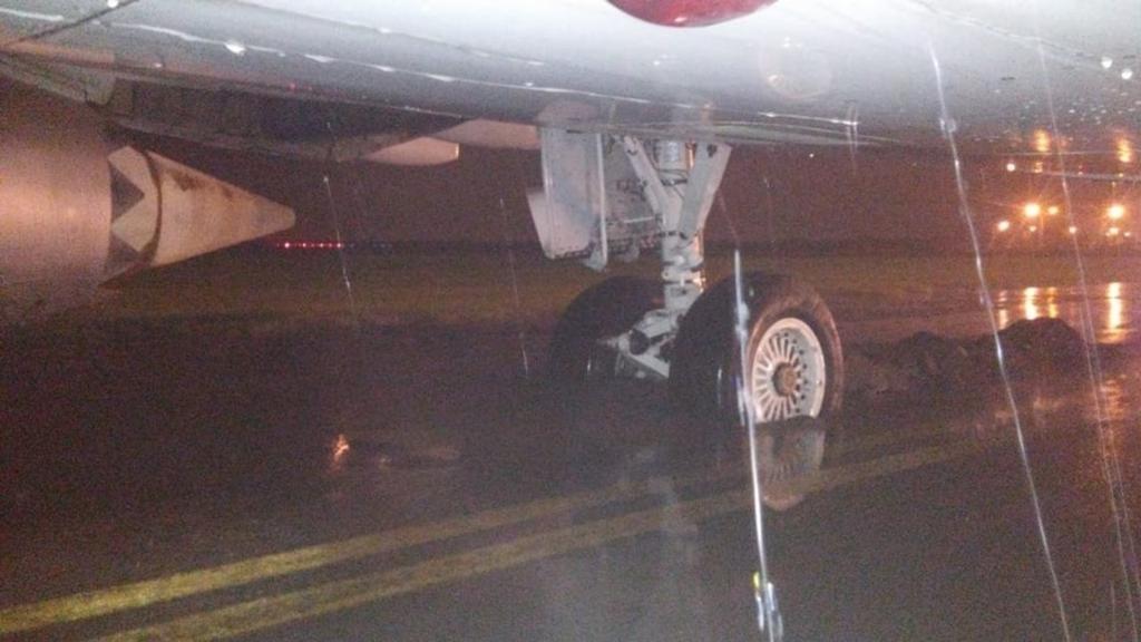 """Un avión de Austral quedó con la rueda en un """"pozo"""" y no pudo despegar"""