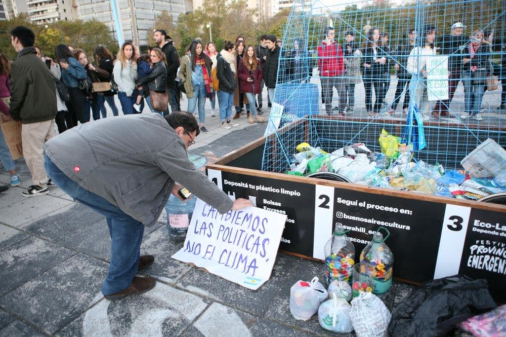 En dos plazas promueven una campaña de donación de plástico para cuidar el medio ambiente