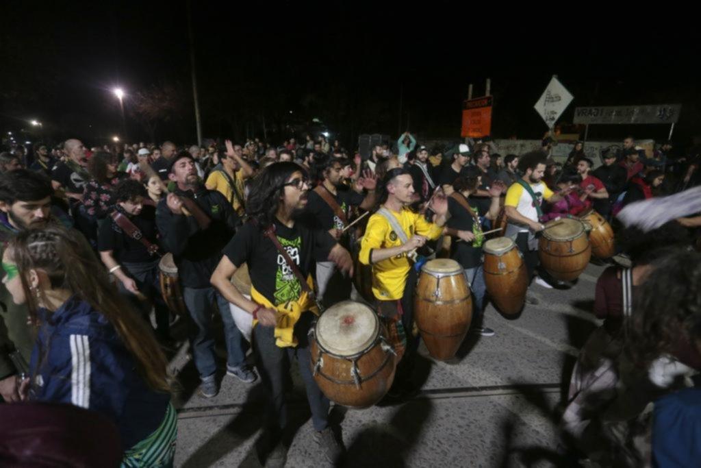 En Tolosa sonaron los tambores del 25 y las calles se llenaron de candombe y color