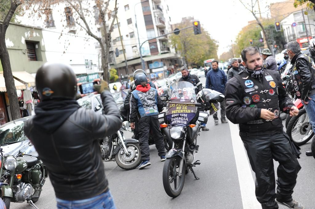 La medida que limita la circulación de los motociclistas ya es ley y causa reacción