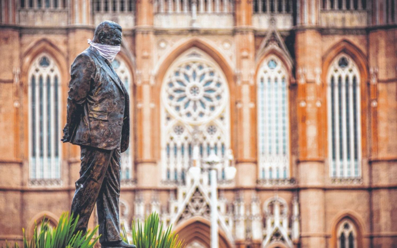 La Plata en imágenes: las estatuas también tienen sus tapabocas