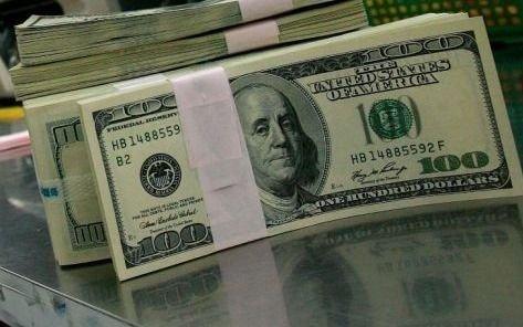 El dólar blue bajó a 123 pesos, cayeron los bonos y subió el riesgo país