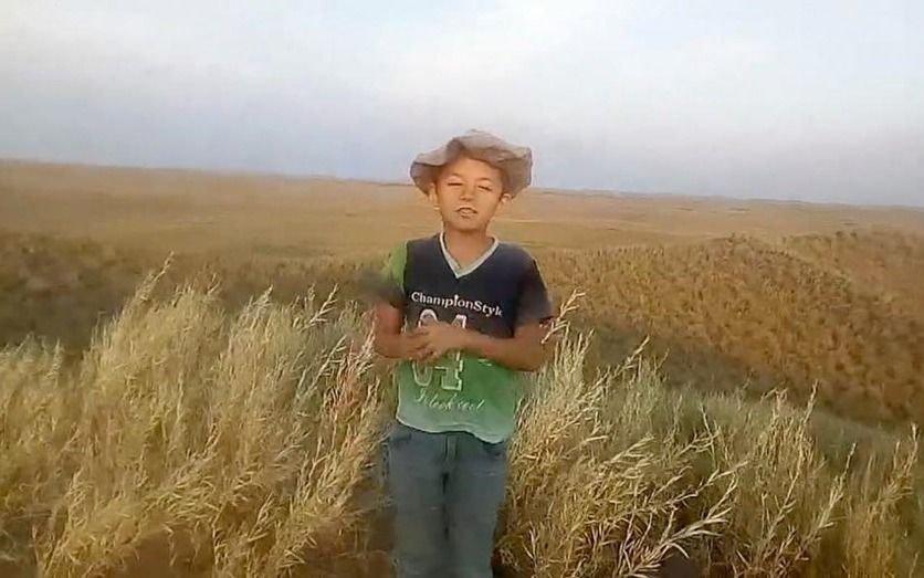 El alumno del campo que sube una loma a caballo para tener señal y mandar sus tareas