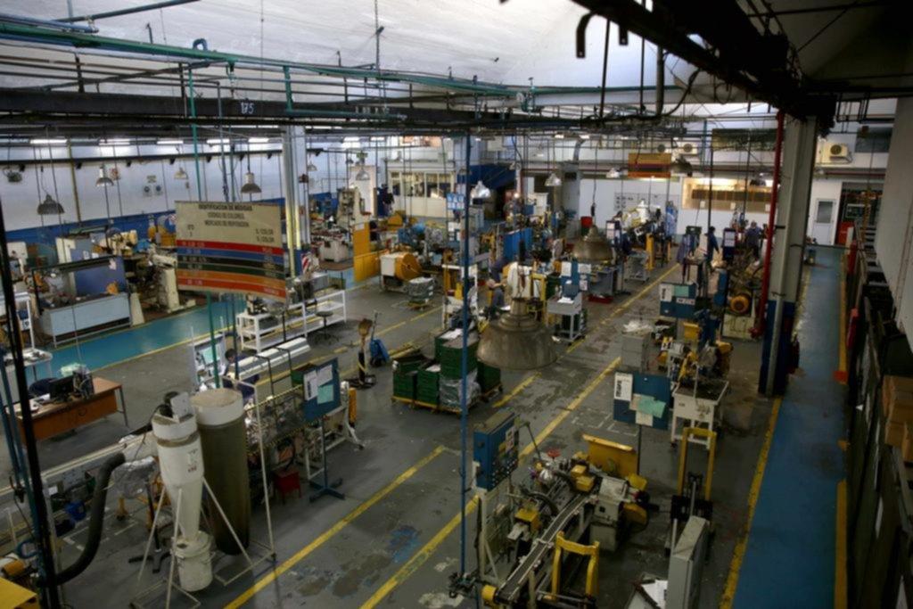 Habilitan a otras seis industrias locales y la construcción sigue a la espera