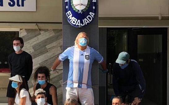 Ocho argentinos varados en Sudáfrica se encadenaron frente a la embajada