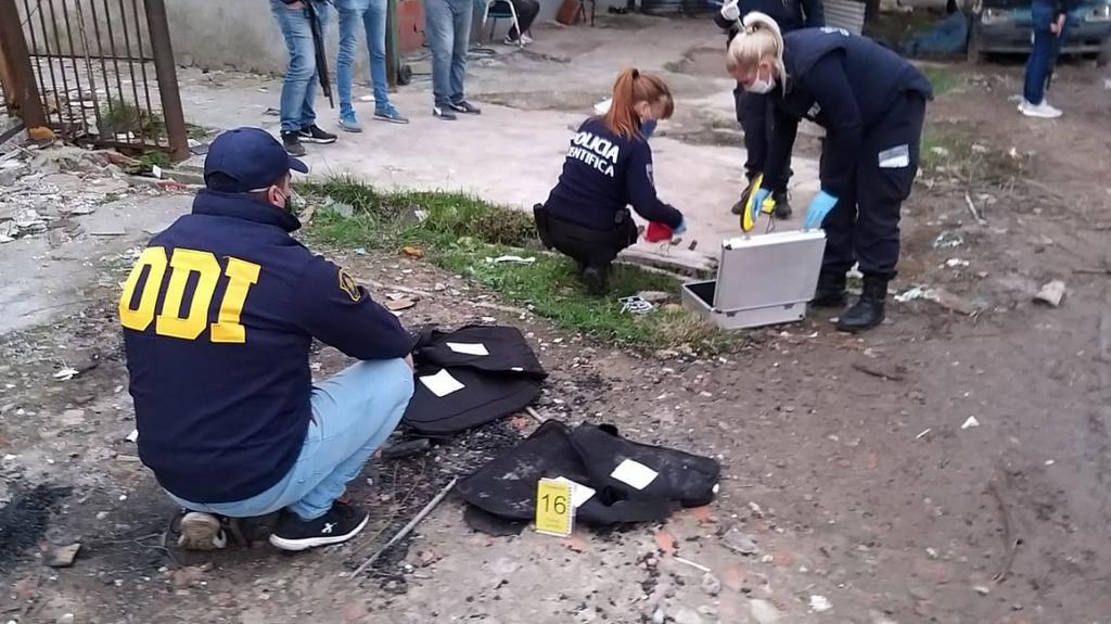 Balas, cargadores y hasta chalecos antibalas entre los escombros de un búnker