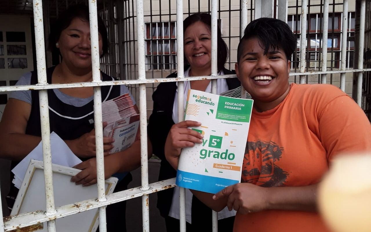 """Las escuelas cárceles de la Provincia recibieron los cuadernillos del programa """"Seguimos Educando"""""""