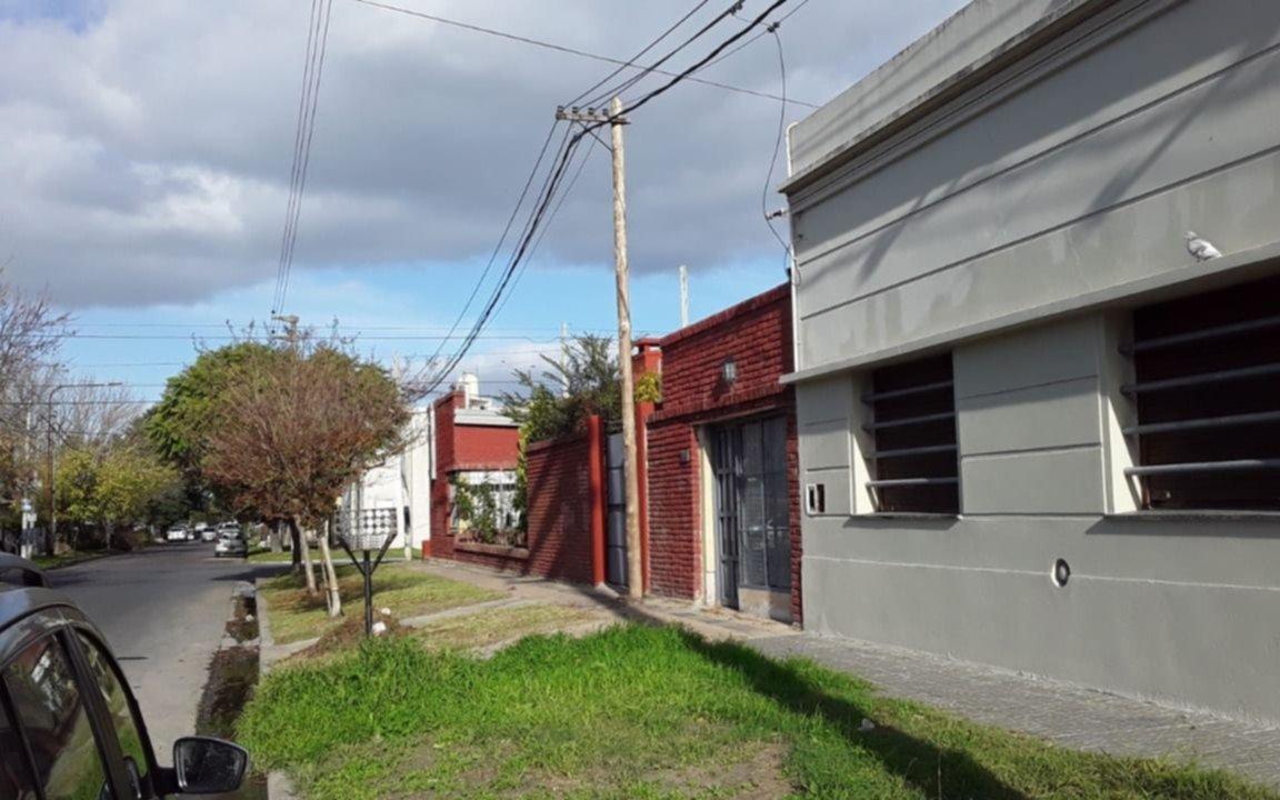 Un poste a punto de caer causó temor en la zona de 140 y 64