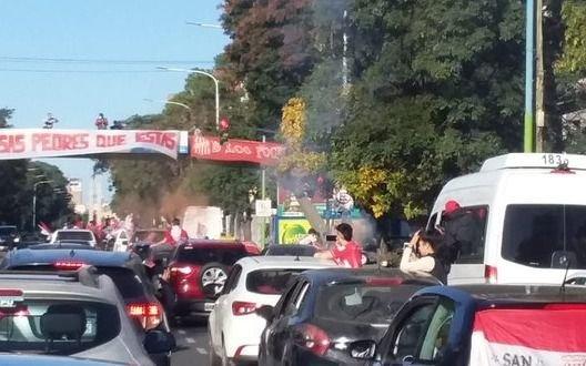 Insólito: hinchas de San Martín de Tucumán rompieron la cuarentena para reclamar por el ascenso