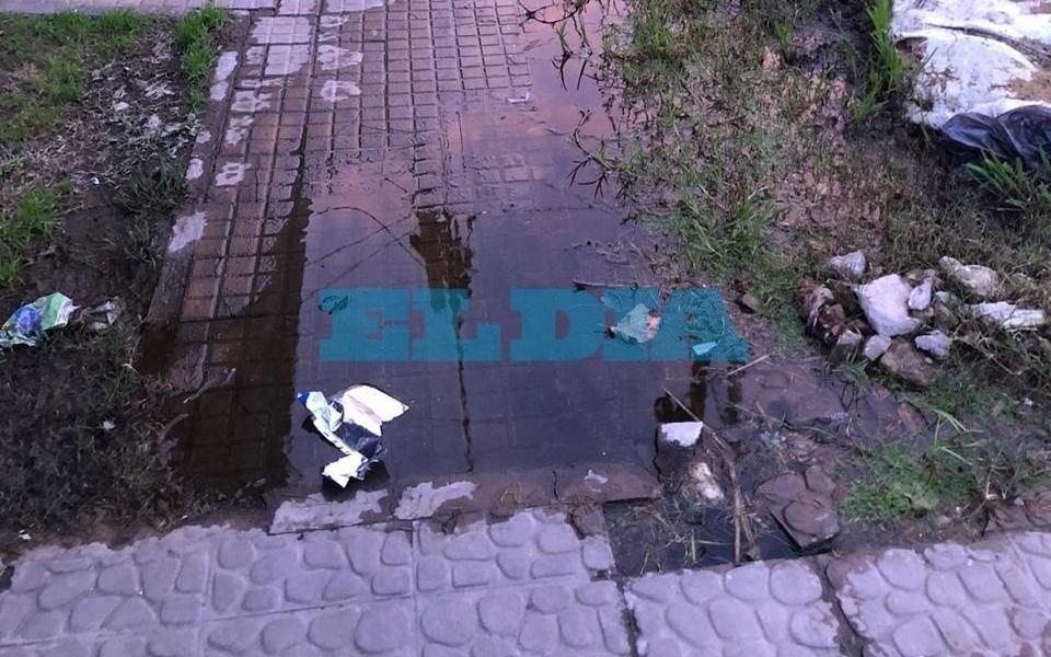 Más de un año con una pérdida de agua en City Bell