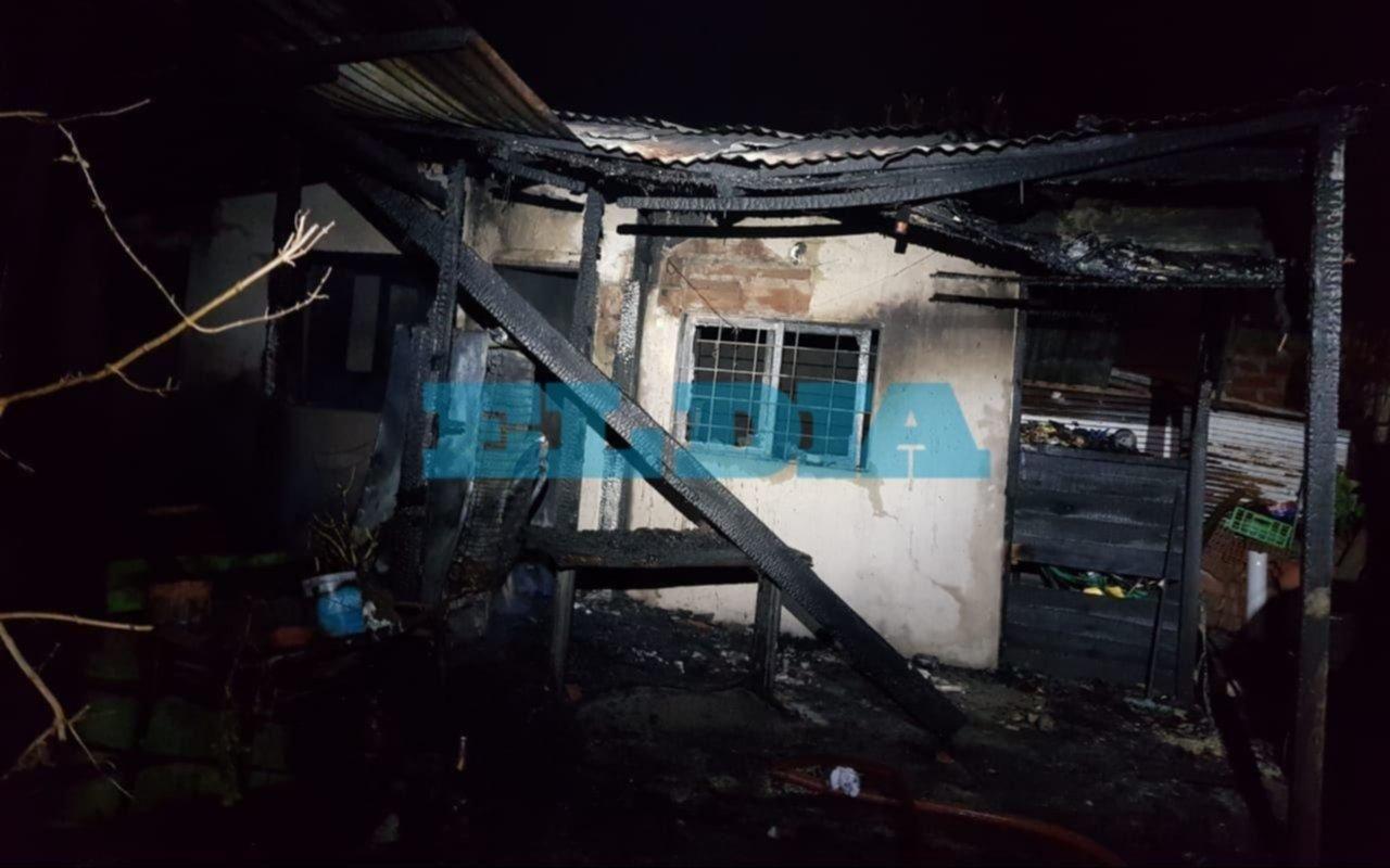En 144 bis y 70 detuvieron a un chico de 16 años por presunto abuso a un nene de 7: vecinos le prendieron fuego la casa