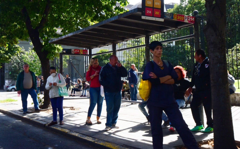 Esperas eternas y micros que no paran: quejas de usuarios por la baja frecuencia en La Plata