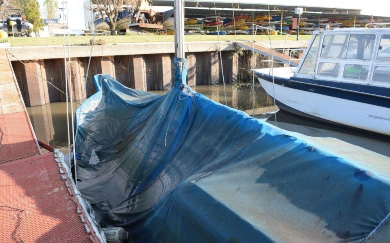 El hundimiento de una embarcación en un club náutico de la Región encendió las alarmas