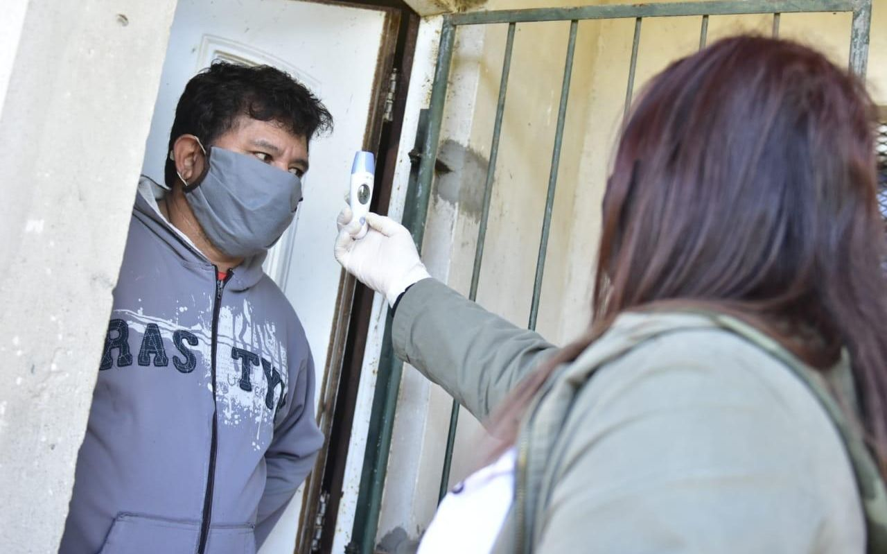 Siguen los operativos sanitarios contra el Covid-19 en los barrios platenses