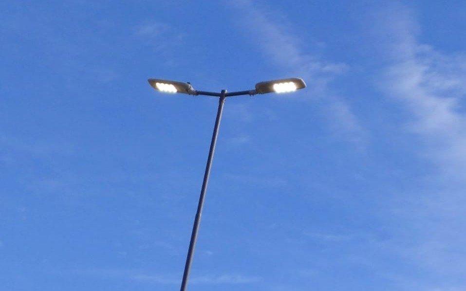 Sobre avenida 25, luminarias todo el día encendidas