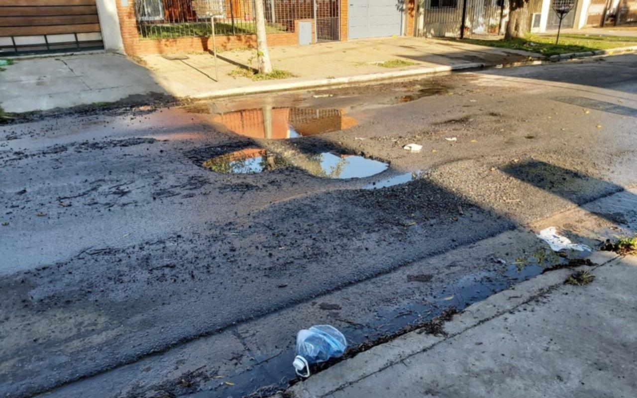 Hartazgo en San Carlos por baches y pérdida de agua