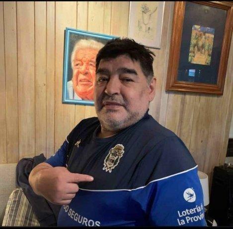 Mientras una parte del entorno quiere alejarlo, Maradona le agradece la ayuda a Gimnasia