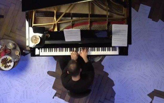Pianista toca durante 16 horas una pieza de Satie para concientizar sobre la crisis de los artistas