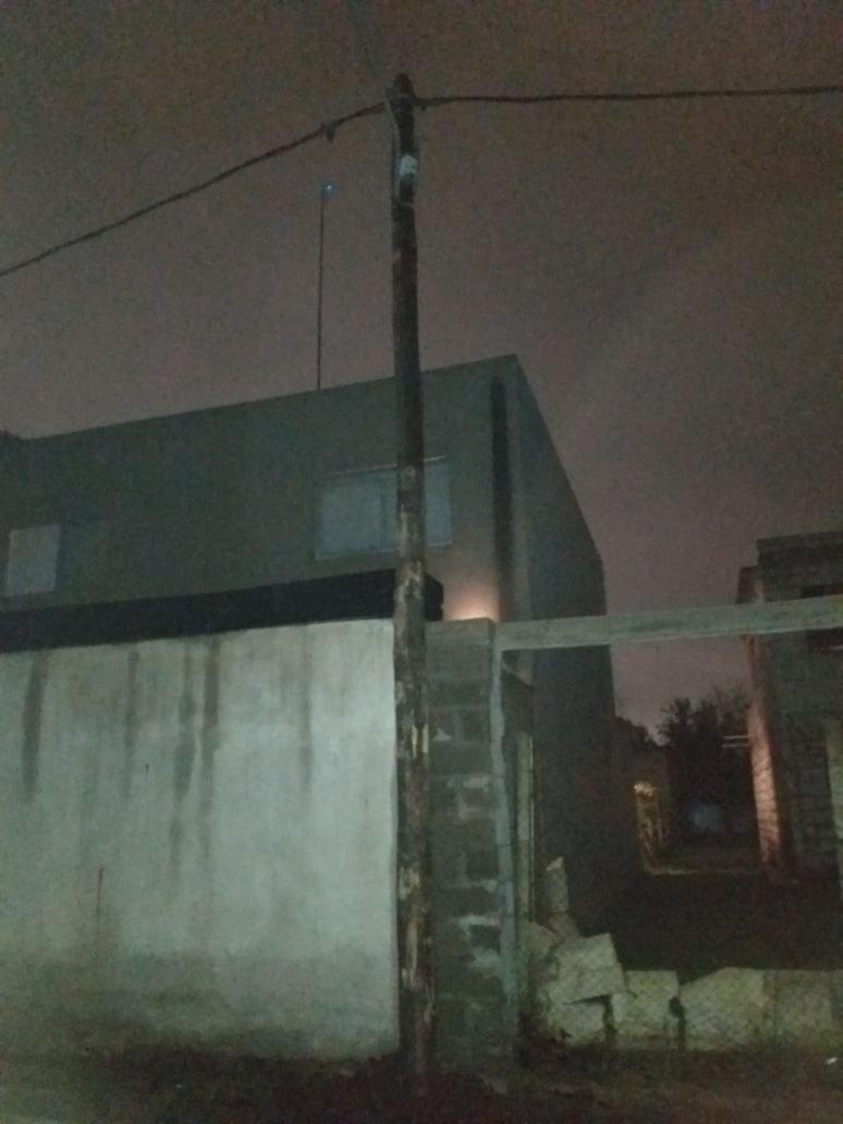 Un poste de luz a punto de caer preocupó a los vecinos